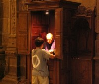 Como um padre se sente num confessionário?