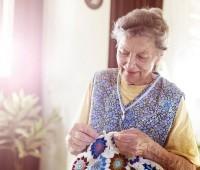 Mulher de 87 anos tricotou mil casacos para pessoas carentes