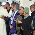 papa francisco com mendigos