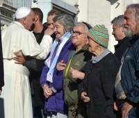Mendigos são convidados de honra do Papa Francisco