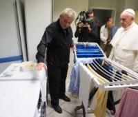 Papa visita alojamento para moradores de rua