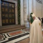En fotografía del 11 de abril de 2015 se ve al papa Francisco frente a la santa puerta de bronce de la basólica de san Pedro, en El Vaticano. El pontífice ha ordenado una serie de reformas administrativas en la Santa Sede que han comenzado a ponerse en práctica. (Foto L'Osservatore Romano/via AP)