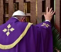 Papa Francisco, o primeiro Pontífice em abrir uma Porta Santa fora de Roma