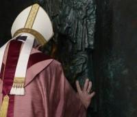 Alegria e confiança: inicia o tempo do grande Perdão. Papa abre a Porta Santa em S.J. de Latrão