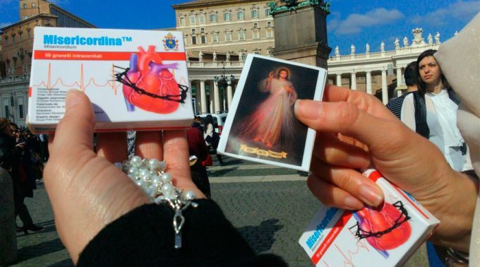 """Medicamento """"Misericordiana Plus"""" que o Papa presenteou os fiéis. Foto: ACI Prensa"""