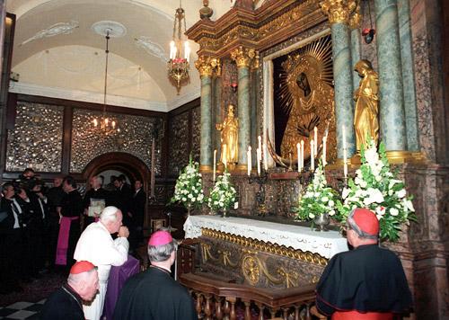 joao paulo II reza no ícone da Mãe da Misericórdia