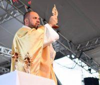 Festa: Devotos são abençoados com as relíquias de 4 santos