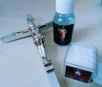 Água benta, sal e crucifixo, por que ter na sua casa