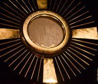 Jovem faz Adoração ao Santíssimo em despedida de solteira e seu testemunho viraliza