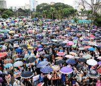 Sob chuva cristãos manifestam contra a legalização do aborto em Curitiba