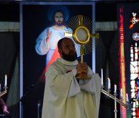 Terço e adoração a Jesus na Festa da Misericórdia