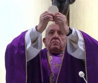 Papa oferece Missa ao vivo  para os doentes do coronavírus
