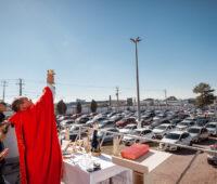 Missas drive-in continuam mesmo com as celebrações presenciais