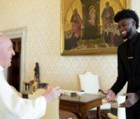 Jogadores de basquete se encontram com Papa Francisco