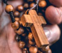 Conheça as promessas de Jesus Misericordioso para quem reza o Terço da Misericórdia