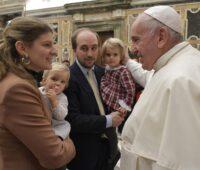 Papa diz para as famílias: a Igreja está com vocês