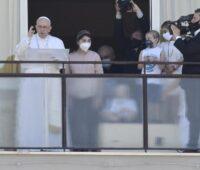 Papa pede que todos tenham acesso a um bom serviço de saúde gratuito
